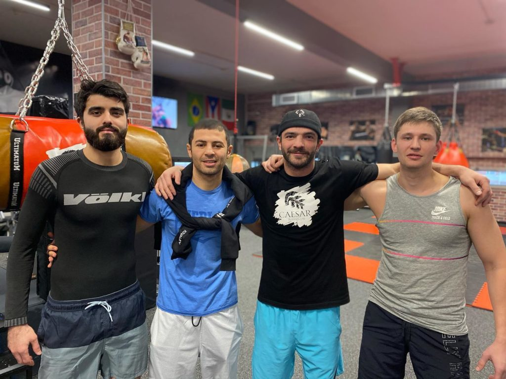тренер арсен каримов и участники секции боя голыми кулаками